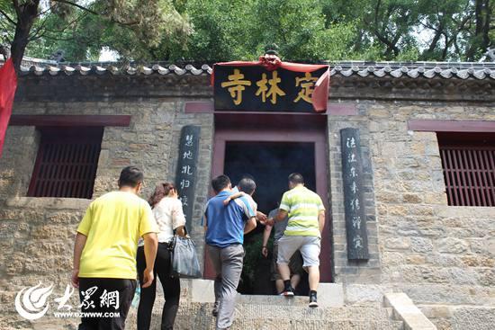 19日中午9点,记者来到莒县浮来山风景区看到,为迎接父亲节高峰的