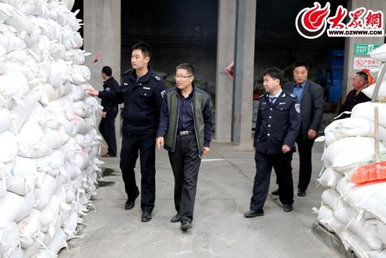 环保局执法人员对塑料颗粒厂进行检查